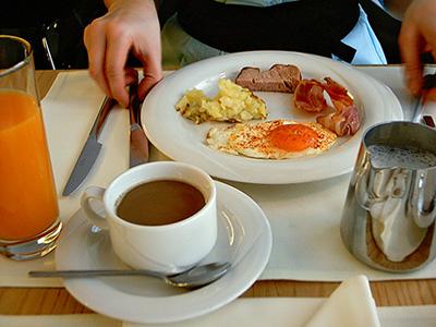 Warme Speisen beim Sonntagsfrühstück