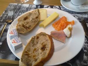 Brot und Käse satt beim Brunch im Lokal / Lokremise